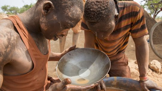 Two young artisanal miners pan for gold at the Faraba mine near Selingue in Mali (Photo: Mike Goldwater/IIED)