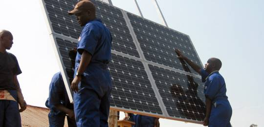 A USAID programme training workers to install solar panels at health clinics in Rwanda. Rwanda is an early adopter of low-carbon climate resilient development (Photo: Walt Ratterman, Sunepi, Creative Commons via Flickr)