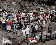 Ancestral miners rush to find gold and platinum ore at a mine wall opened by medium-scale mining (Photo: Ronald de Hommel)