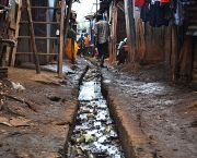 An image of an open sewer in the Kibera informal settlement, in Nairobi, Kenya, Refugees in such informal settlements face even more challenges than existing habitatants to access to services, such as language barriers (Photo: Eoghan Rice/Trócaire)