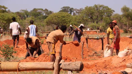 Exploitation de saphir dans le site de Bekily, Commune Ambinany ˆ Toliara, dans la limite du Parc National de Zombitse-Vohibasia