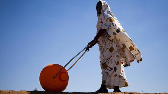 A woman in North Dafur uses a water roller. The mobile rollers, with a large drum capacity, help save time spent on daily water collecting and carrying it long distances (Photo: UNAMID, Creative Commons, via Flickr)